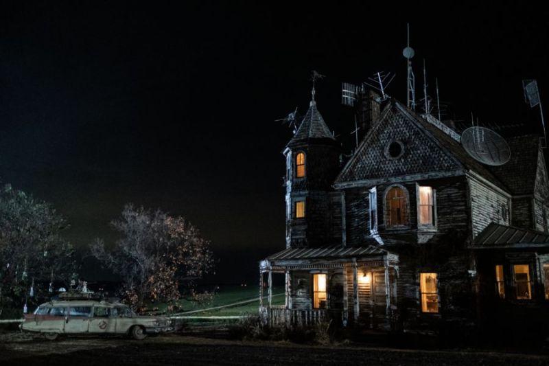 """¡Rayos de protones y una """"casa embrujada""""! Publican nuevas fotos de 'Ghostbusters: Afterlife' e3y2cvavoaekd-s"""