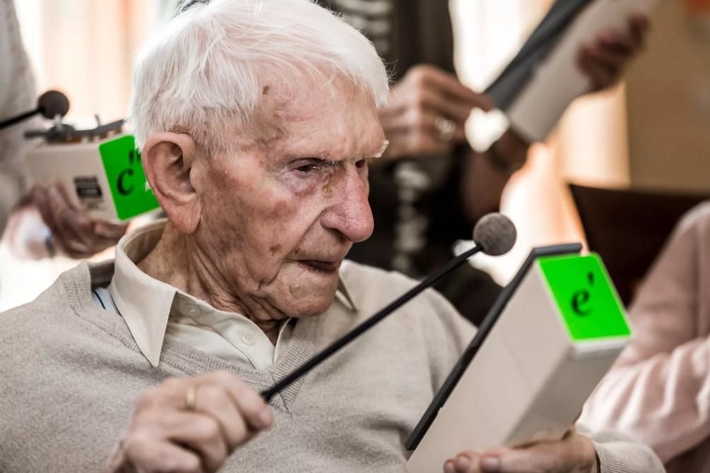 102-jaehriger-trifft-richtigen-ton-wir-sind-altenpflege