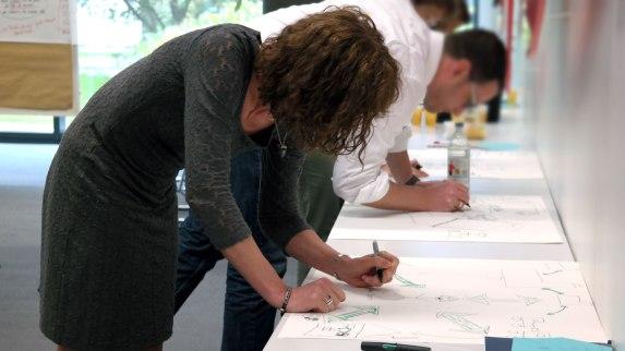 Teilnehmer machen sich ihr Bild