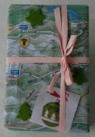 Tischset mit Landschaftskarte aus Zermatt, Geschenkanhänger aus Geschenkpapier ausgeschnitten
