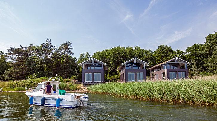 Gustow: Neue Uferhäuser mit Lagunen-Idylle