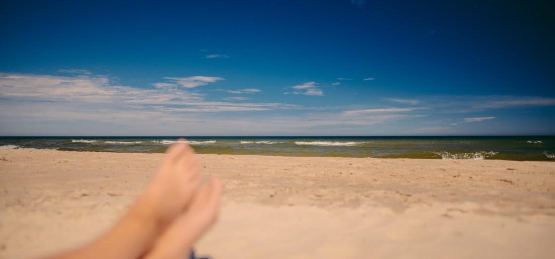 Füße im Strandsand