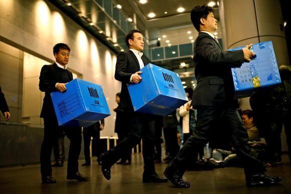 Samsung HQ raided by prosecutors as South Korean political scandal deepens