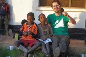Roland Auer mit den Kindern in Yamba