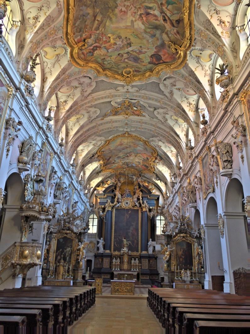 In Regensburg in der ziemlich dunklen Kirche