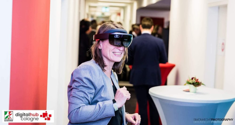 Beim Neujahrsempfang des Digital Hub Cologne mit Hololens. Foto: Digital Hub Cologne/Simon Hecht
