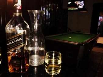Whiskey und Pool.