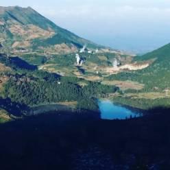 Telaga Warna dilihat dari lereng Gunung Prau via @vayjr27