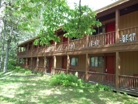 Photo of the two story motel at Wiscasset Woods Lodge