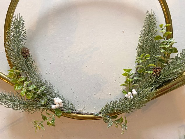 Making a wreath from a vintage brass horn. Christmas wreath.