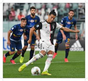 Ronaldo in penalty action in Juventus vs Lecce match