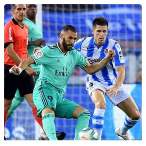 Karim Benzema dribbling in Real Sociedad vs Real Madrid match