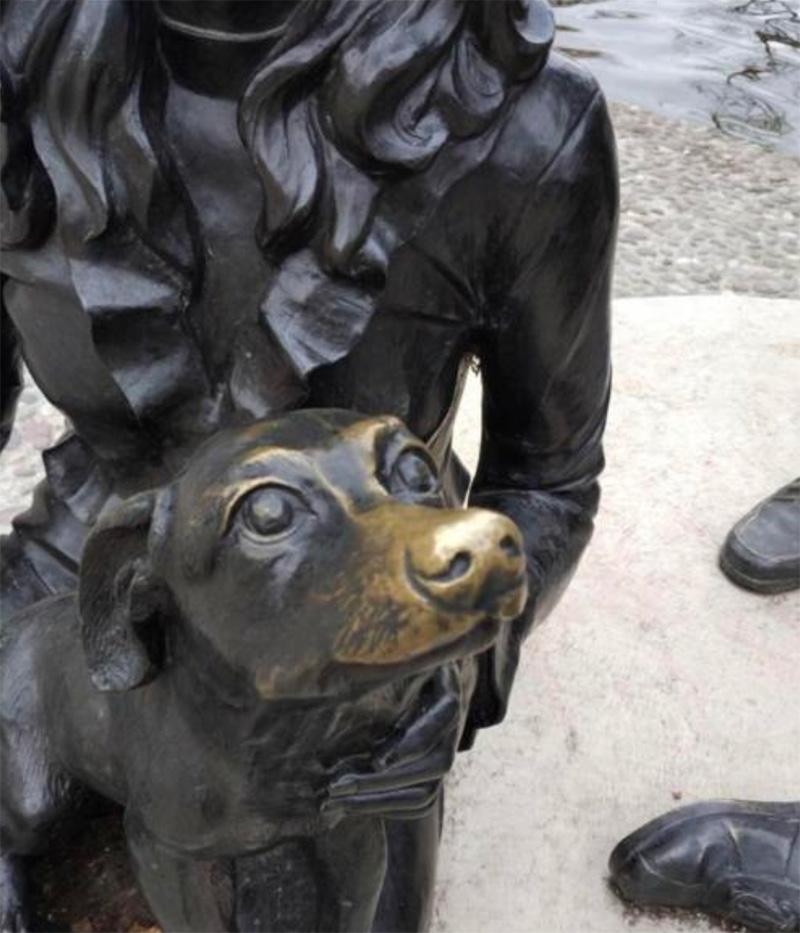 La nariz de la estatua de este perrete está desgastada porque la gente lo acaricia.