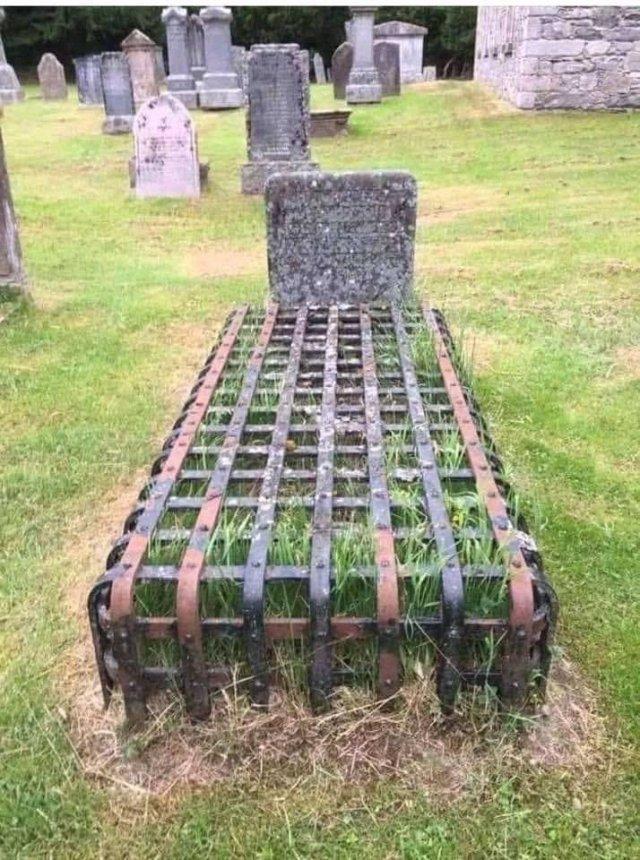 No sé quién está enterrado ahí pero parece que se quisieron asegurar de que se quedaba donde está.