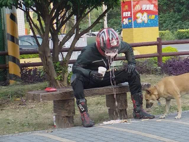 Si tienes un mal día, solo recuerda que este tipo vomitó con el casco puesto.