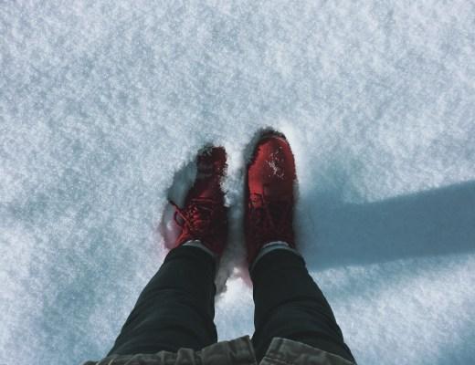 Červené boty ve sněhu