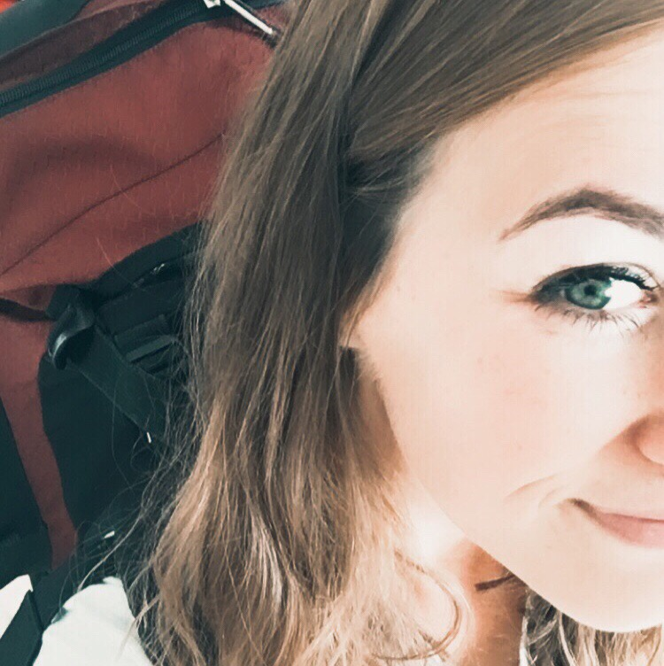 holka s batohem