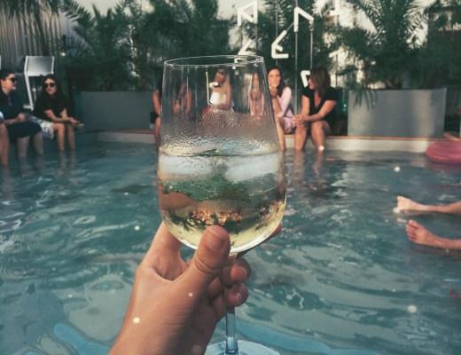 sklenka vína a bazén