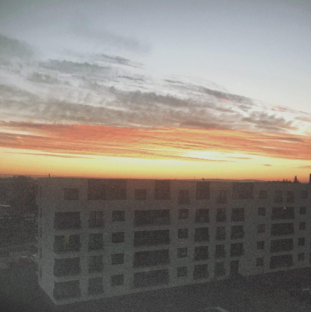 východ slunce nad domem