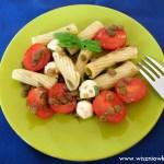 Makaron na zimno z pomidorami, mozzarellą i soczewicą