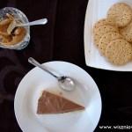 Kremowy deser czekoladowy z masłem orzechowym i ciasteczkami