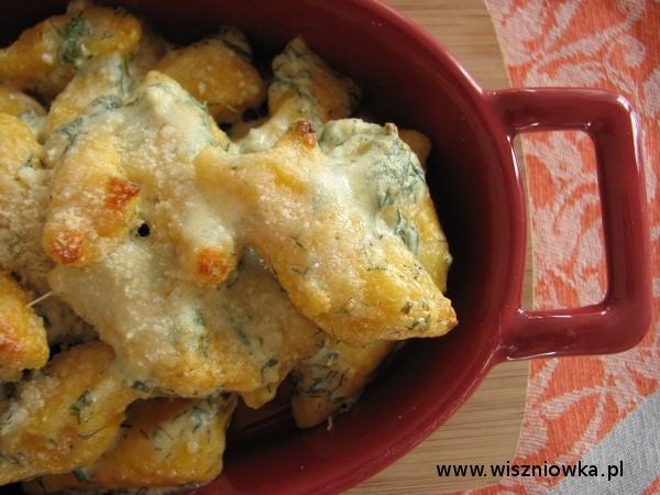 gnocchi zapiekane w sosie serowo-ziołowym.