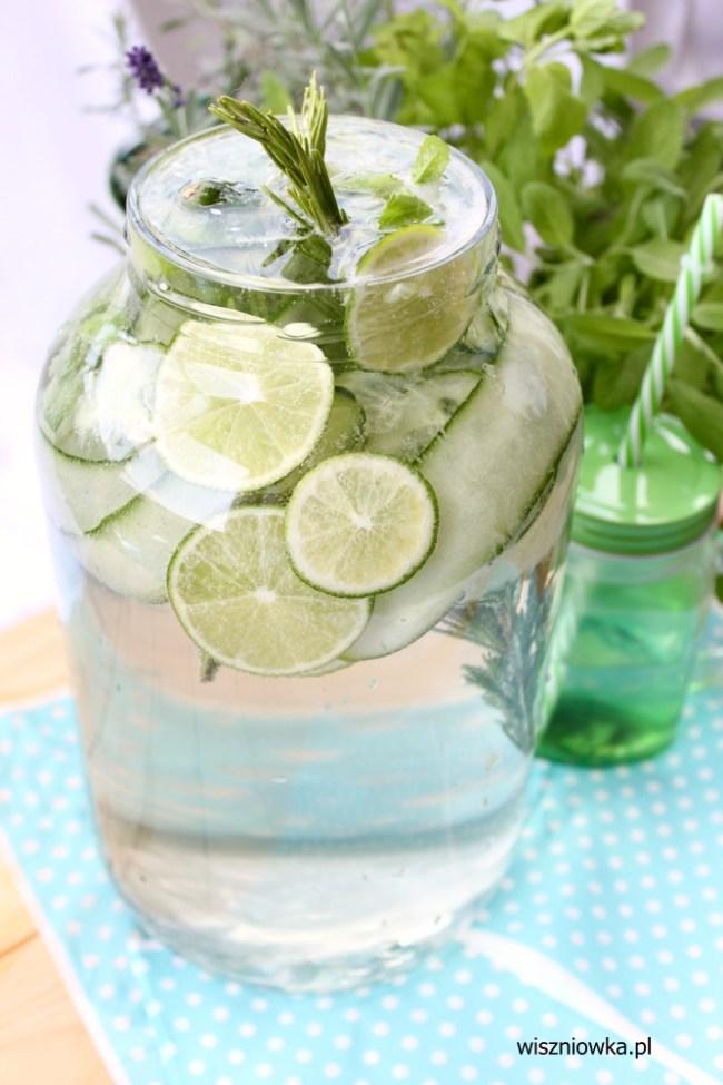 oczyszczająca woda z ogórkiem, limonką, miętą i rozmarynem.