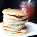 Pancakes z gorącym musem śliwkowym