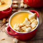 Pyszna zupa krem z dyni z grzankami