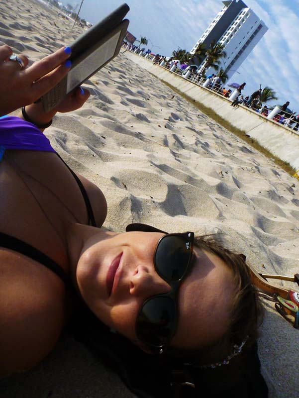 Killing time the right way before Carnaval... on the beach, with a book :)