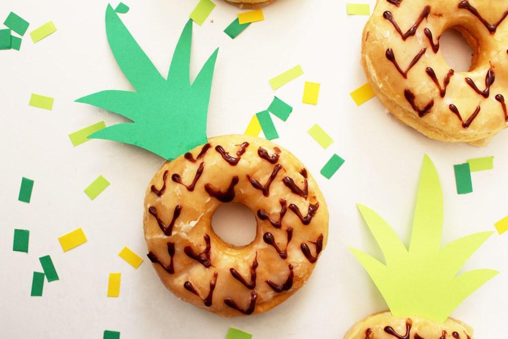 チョコペンで模様を書いたドーナッツ