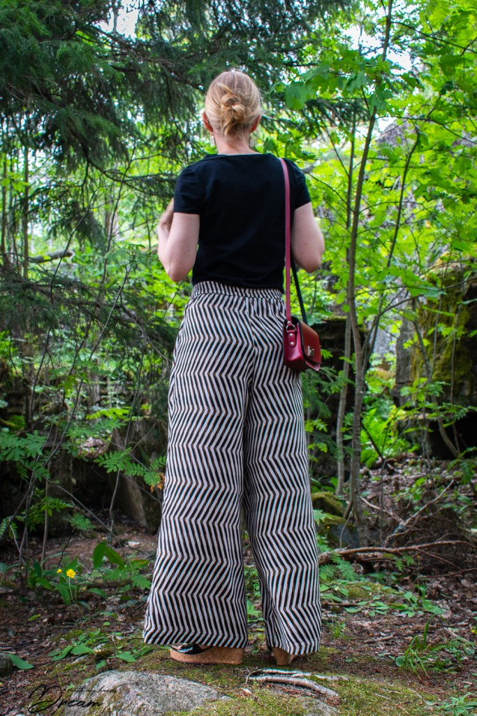 Rae trousers from the book Breaking the pattern. Back view.