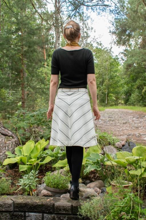 The Lorna skirt out of Kultavilla wool-cotton.