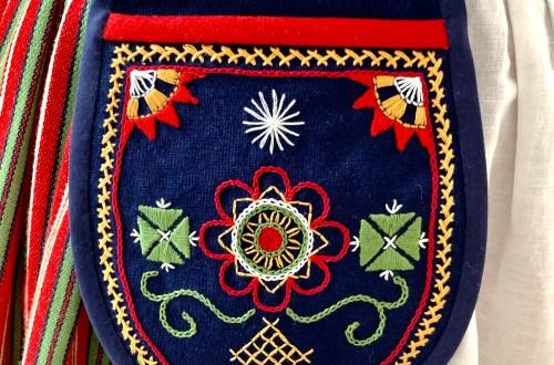 Folk-style pocket
