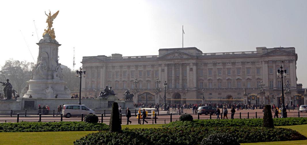 outside-buckingham-palace-london