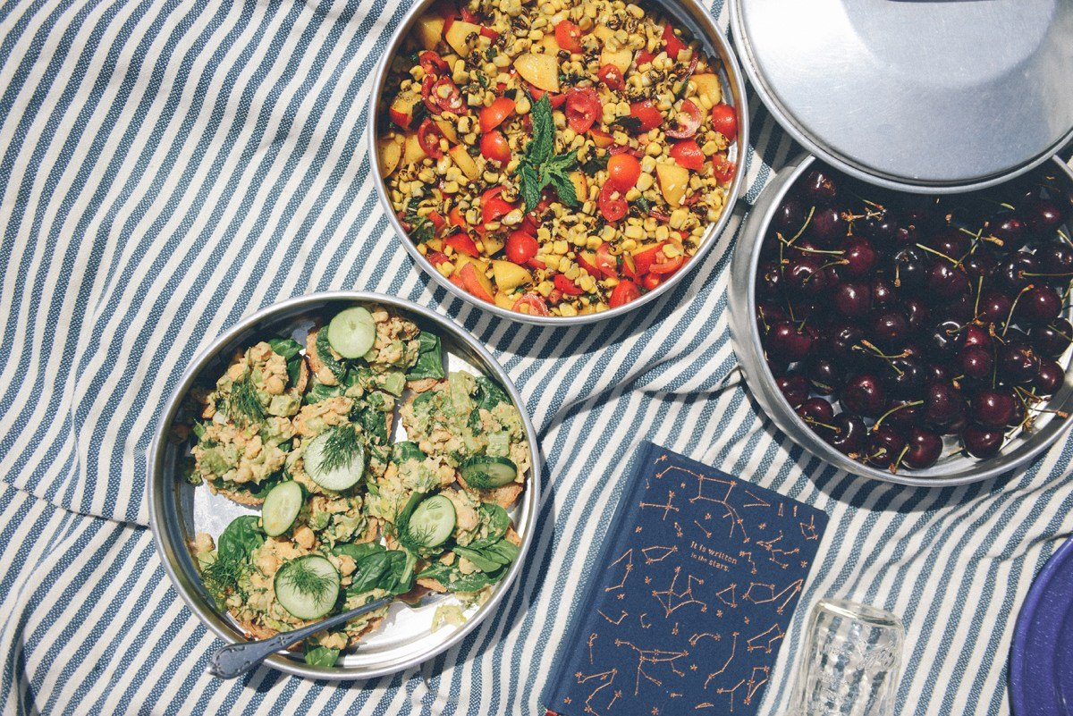 Lemon Dill Chickpea Salad for a Vegan Beach Picnic // www.WithTheGrains.com