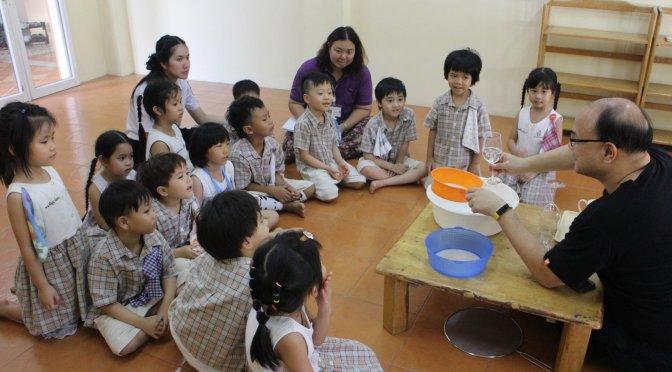 กิจกรรมวิทย์เด็กอนุบาลสาม: น้ำไม่รั่วผ่านตะแกรง