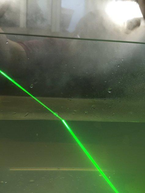 เห็นการเปลี่ยนทิศทางของแสงเวลาวิ่งผ่านตัวกลางที่ต่างกัน (น้ำกับอากาศ) ครับ