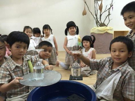 กลน้ำไม่ไหลผ่านตะแกรงและน้ำไม่หกจากแก้วครับ