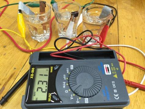 แบตเตอรี่ Cu-Zn-น้ำเกลือต่ออนุกรมกัน 3 อันได้ไฟ 2.31 V ทำให้ LED สว่างได้ครับ