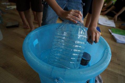 กดขวดพลาสติกขนาดต่างๆกันลงในน้ำเพื่อรับรู้ถึงแรงลอยตัวที่ต่างกัน