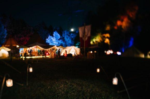 Tippi Zelt bei Nacht mit Beleuchtung