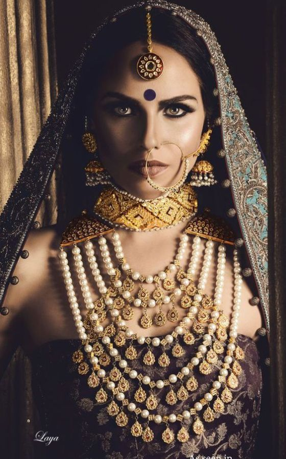 indian bride| traditional Indian jewellery| indian wedding jewellery| wed me good| indian weddings| indian brides | nath | mathapathi| polki necklace| delhi bride | bridal look| Indian Bridal Jewellery | Polki Ring | chandbala earrings | amarpali | gold choker | bodla