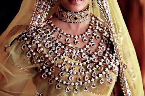 indian bride| traditional Indian jewellery| indian wedding jewellery| wed me good| indian weddings| indian brides | nath | mathapathi| polki necklace| delhi bride | bridal look| Indian Bridal Jewellery | 5 line haar | Ashwariya Rai