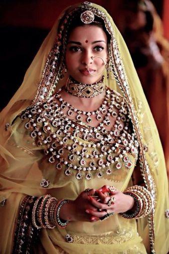indian bride| traditional Indian jewellery| indian wedding jewellery| wed me good| indian weddings| indian brides | nath | mathapathi| polki necklace| delhi bride | bridal look| Indian Bridal Jewellery | 5 line haar | Ashwariya Rai