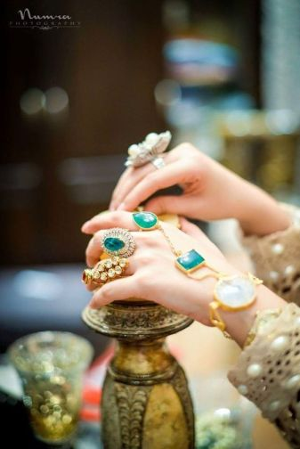 indian bride| traditional Indian jewellery| indian wedding jewellery| wed me good| indian weddings| indian brides | nath | mathapathi| polki necklace| delhi bride | bridal look| Indian Bridal Jewellery
