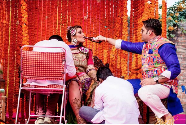 Candid bridal photo ideas | Bindaas brides | Witty Vows | photo by Pakhi photography | Groom giving bride beer while she gets her mehendi done!