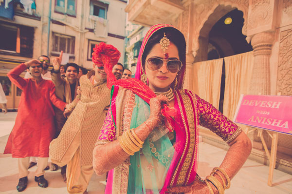 Candid bridal photo ideas | Bindaas brides | Witty Vows | Bride pulling the groom by his turban