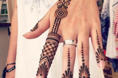 Minimal new mehndi design ideas for this wedding season | Henna Ideas | Jaali design mix modern Style finger Henna on back of the hand