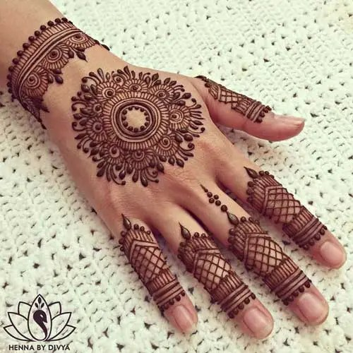 Minimal new mehndi design ideas for this wedding season | Henna Ideas | Jaali design mix modern Lace Glove Style finger Henna on back of the hand | Floral Finger Henna Tattoo